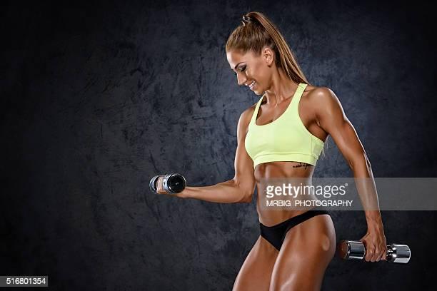 Atlética mulher exercícios com pesos