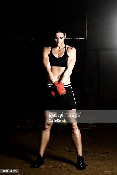 atlético jovem mulher usando luvas de boxe, low key - boxe feminino - fotografias e filmes do acervo