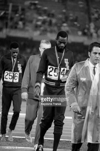 Athlète américain Bob Beamon après avoir reçu la médaille d'or en saut en longueur, à Mexico, Mexique, en octobre 1968.
