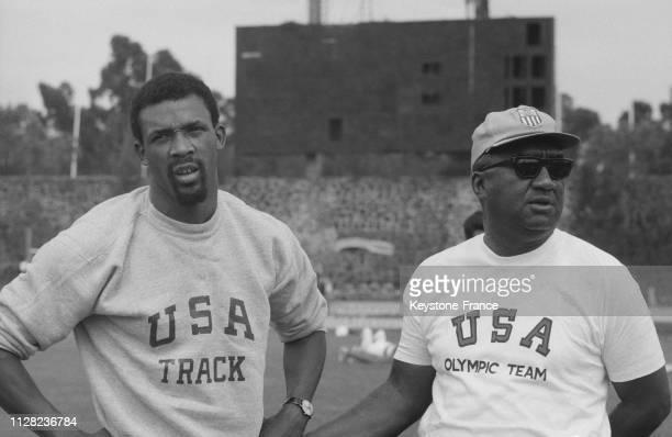 L'athlète américain du 200 mètres Carlos et son entraîneur Stan Wright à l'entraînement à Mexico Mexique le 11 octobre 1968