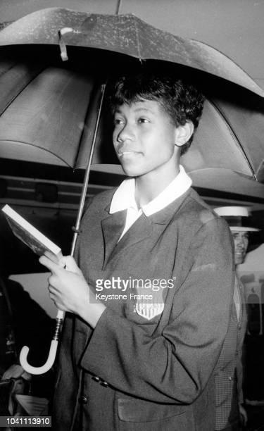 L'athlète américaine Wilma Rudolph arrivant sous la pluie pour recevoir sa médaille à Amsterdam PaysBas le 15 septembre 1960