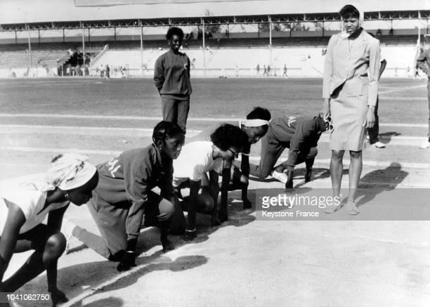 L'athlète américaine Wilma Rudolph donne des conseils à l'équipe féminie d'athlétisme du Sénagal à Dakar Sénagal le 16 avril 1963