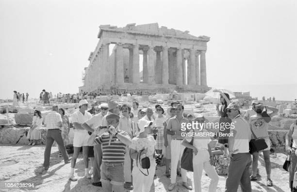 Athènes Grèce 1987 Touristes visitant l'Acropole et le temple du Parthénon