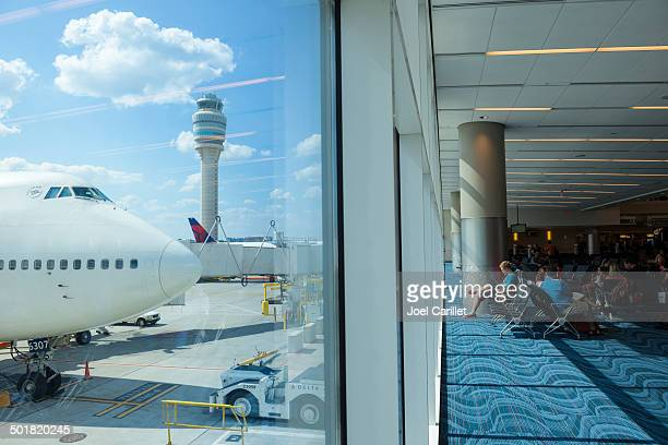 atlanta international airport and boeing 747 - hartsfield jackson atlanta international airport stock pictures, royalty-free photos & images
