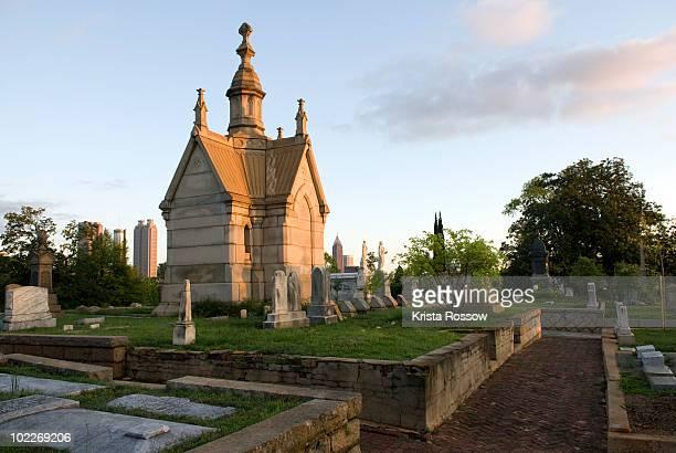 morning light on tombstones and tombs in the oakland cemetery, atlanta - mausoleum stock-fotos und bilder