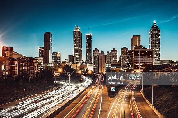 atlanta skyline at dusk - verenigde staten stockfoto's en -beelden