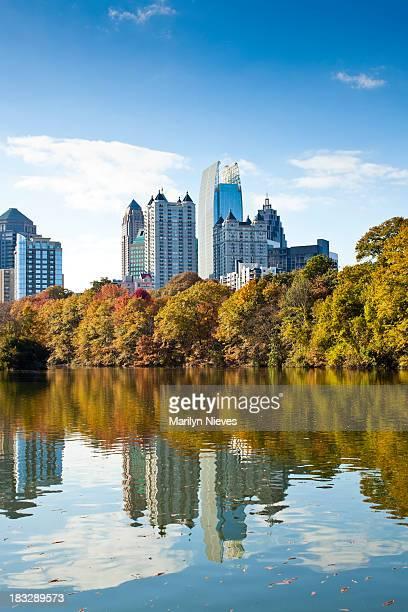 La ciudad de Atlanta, que reflejan en el lago