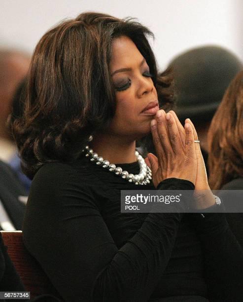 Atlanta, UNITED STATES: US television personality Oprah Winfrey prays during a musical tribute to Coretta Scott King at the new Ebenezer Church 06...