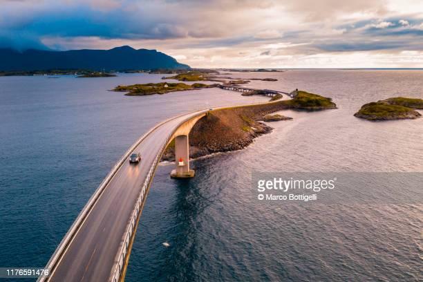 atlantic ocean road at sunset, norway - atlantic road norway photos et images de collection