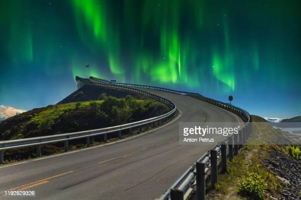 atlantic road in norway under the northern lights - atlantic road norway photos et images de collection