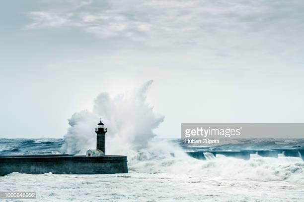 atlantic storm - leuchtturm sturm stock-fotos und bilder