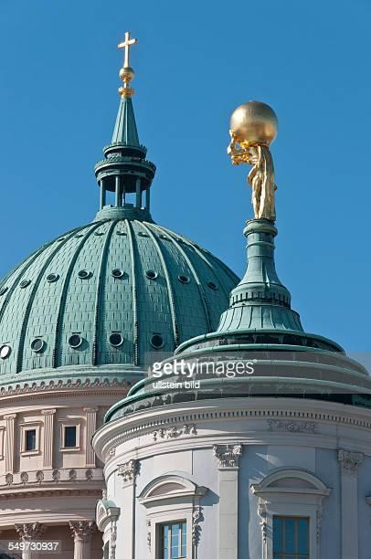 Atlas mit der Weltkugel auf den Schultern auf dem 1755 erbauten alten Rathaus in der Landeshauptstadt Potsdam Atlas Sohn des Titanen Iapetos ist eine...