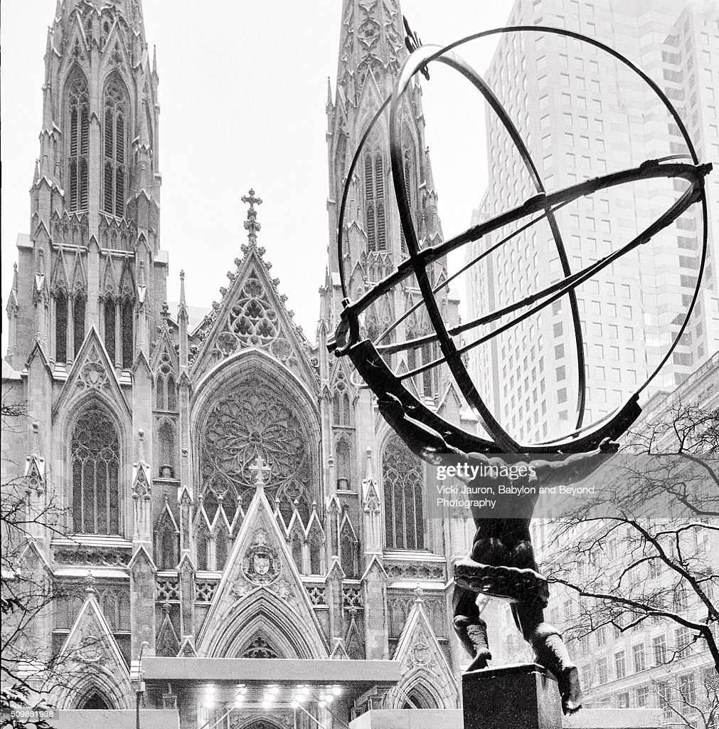 Atlas set against St. Patrick's Cathedral on a Snowy Day : 圖庫照片
