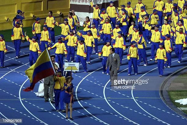 Atletas de Colombia saludan el 23 de noviembre de 2002 en el Estadio Nacional de la Flor Blanca durante la ceremonia de inaguración de los XIX Juegos...
