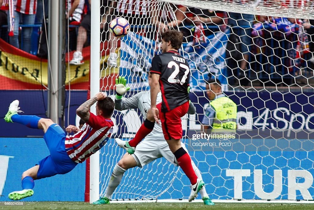Atletico de Madrid's forward Fernando Torres (L) scores his second goal during the Spanish league football match Club Atletico de Madrid vs Athletic Club Bilbao at the Vicente Calderon stadium in Madrid on May 21, 2017. /