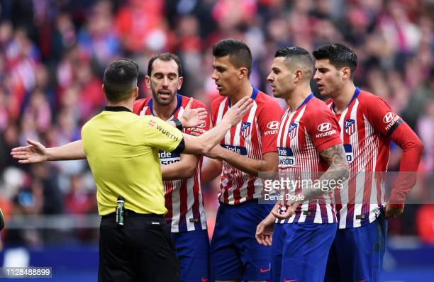 Atletico Madrid players appeal to referee Estrada Fernandez during the La Liga match between Club Atletico de Madrid and Real Madrid CF at Wanda...