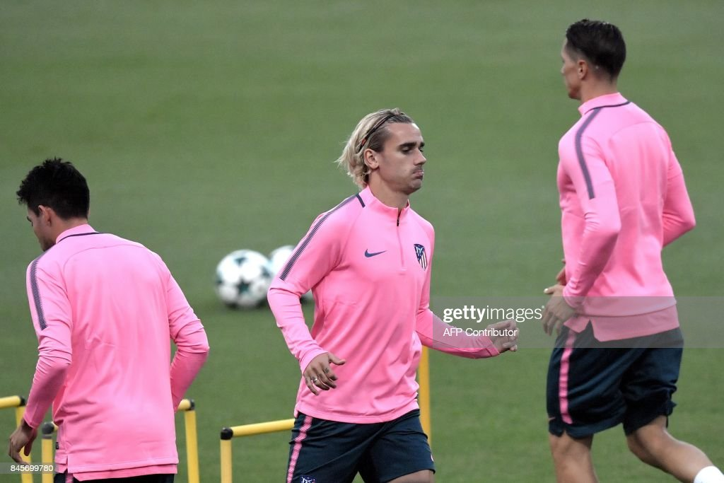 Atletico Madrid's forward, France's Antoine Griezmann (C), takes part in a training session on the eve of the UEFA Champions League football match AS Roma vs Atletico Madrid on September 11, 2017 at the Olympic Stadium in Rome. /