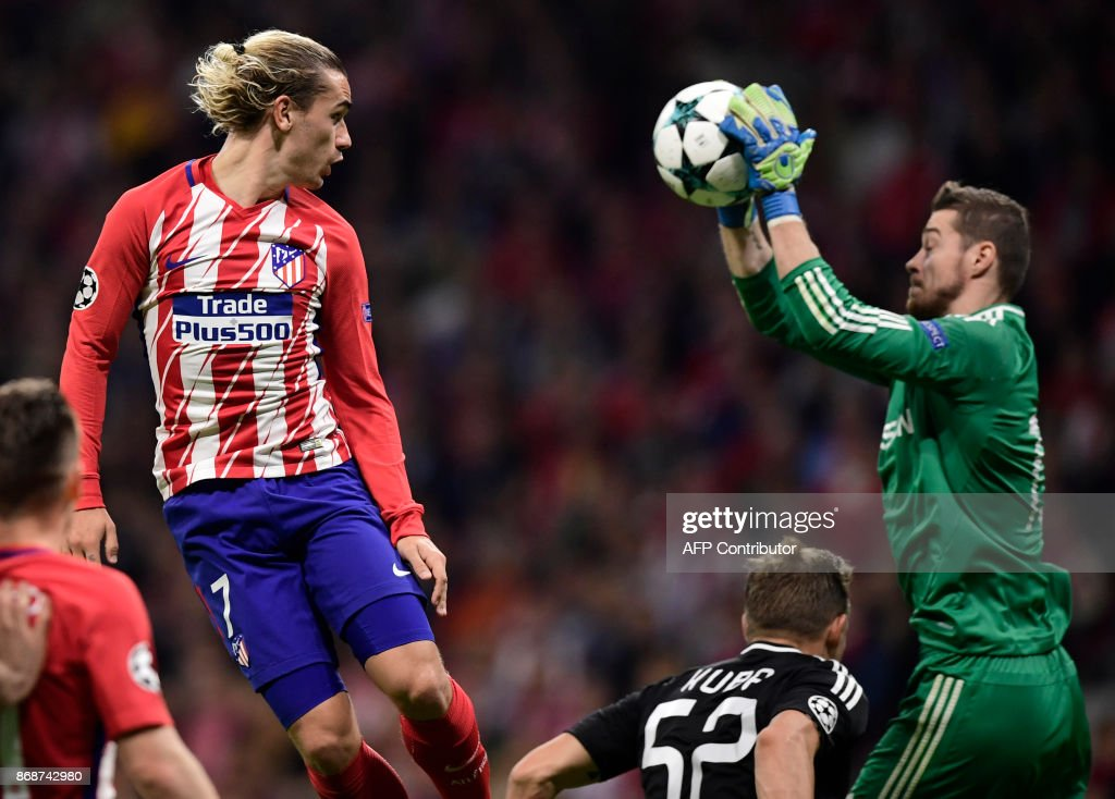 Atletico Madrid's French forward Antoine Griezmann (L) heads the ball to Qarabag's Bosnian Goalkeeper Ibrahim Sehic's hands during the UEFA Champions League football match Club Atletico de Madrid vs Qarabag FK at the Wanda Metropolitano stadium in Madrid on October 31, 2017. /