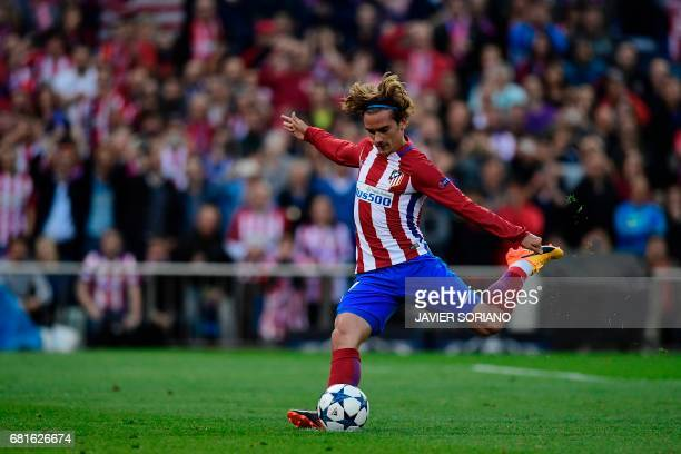 TOPSHOT Atletico Madrid's French forward Antoine Griezmann kicks to score on a penalty kick during the UEFA Champions League semi final second leg...