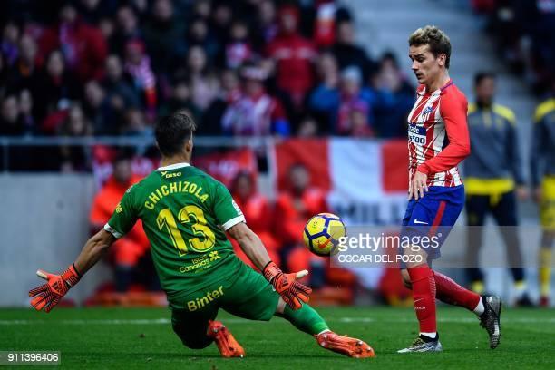 Atletico Madrid's French forward Antoine Griezmann scores against Las Palmas' Argentinian goalkeeper Leandro Chichizola during the Spanish league...