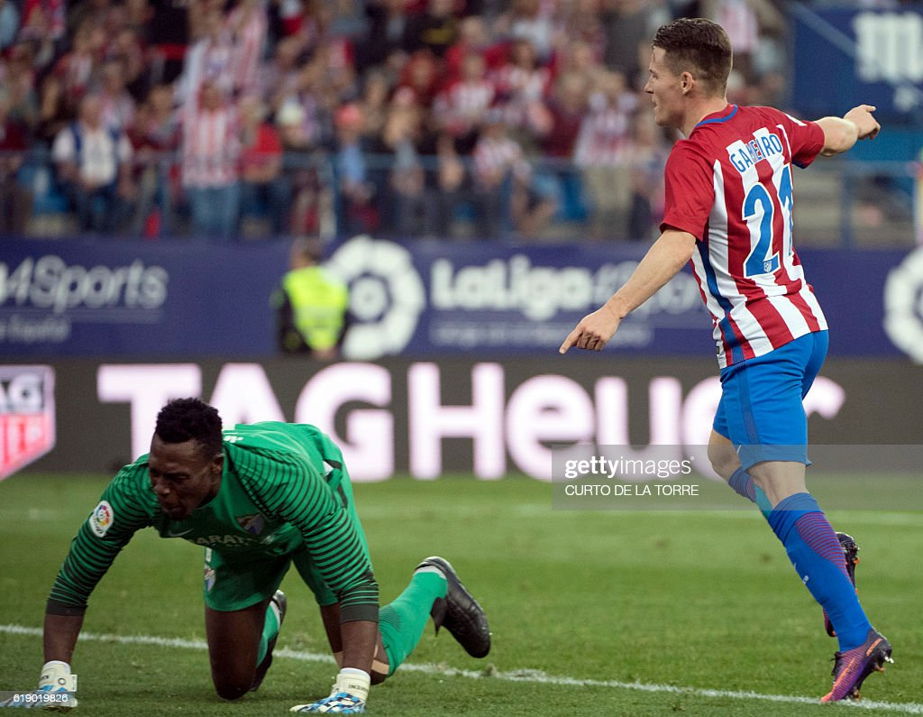 Atletico Madrid's French forward Kevin Gameiro (R) celbrates a goal during the Spanish league football match between Club Atletico de Madrid and Malaga CF at the Vicente Calderon stadium in Madrid on October 29, 2016. / AFP / CURTO