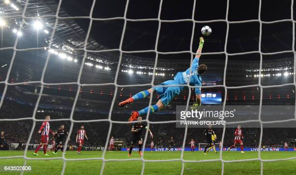 TOPSHOT Atletico Madrid's midfielder Saul Niguez scores the 01 goal past Leverkusen's goalkeeper Bernd Leno during the UEFA Champions League round of...