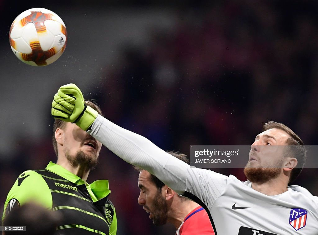 Atletico Madrid's Slovenian goalkeeper Jan Oblak (R) clears the ball beside Atletico Madrid's Uruguayan defender Diego Godin (C) and Sporting's Uruguayan defender Sebastien Coates during the UEFA Europa League quarter-final first leg football match between Club Atletico de Madrid and Sporting CP at the Wanda Metropolitano Stadium in Madrid on April 5, 2018. /