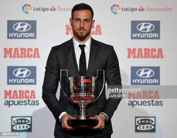 Atletico Madrid's Slovenian goalkeeper Jan Oblak poses after receiving the 'Zamora' award in Barcelona on December 18 2017 / AFP PHOTO / LLUIS GENE