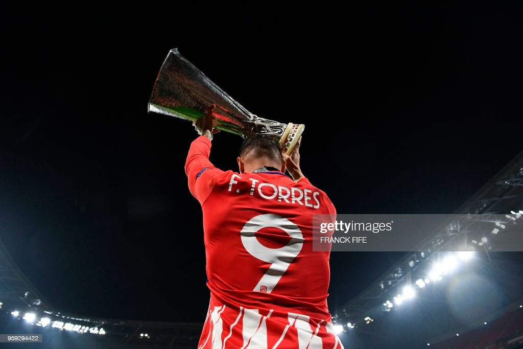 TOPSHOT - Atletico Madrid's Spanish forward Fernando Torres celebrates with the trophy after the UEFA Europa League final football match between Olympique de Marseille and Club Atletico de Madrid at the Parc OL stadium in Decines-Charpieu, near Lyon on May 16, 2018.