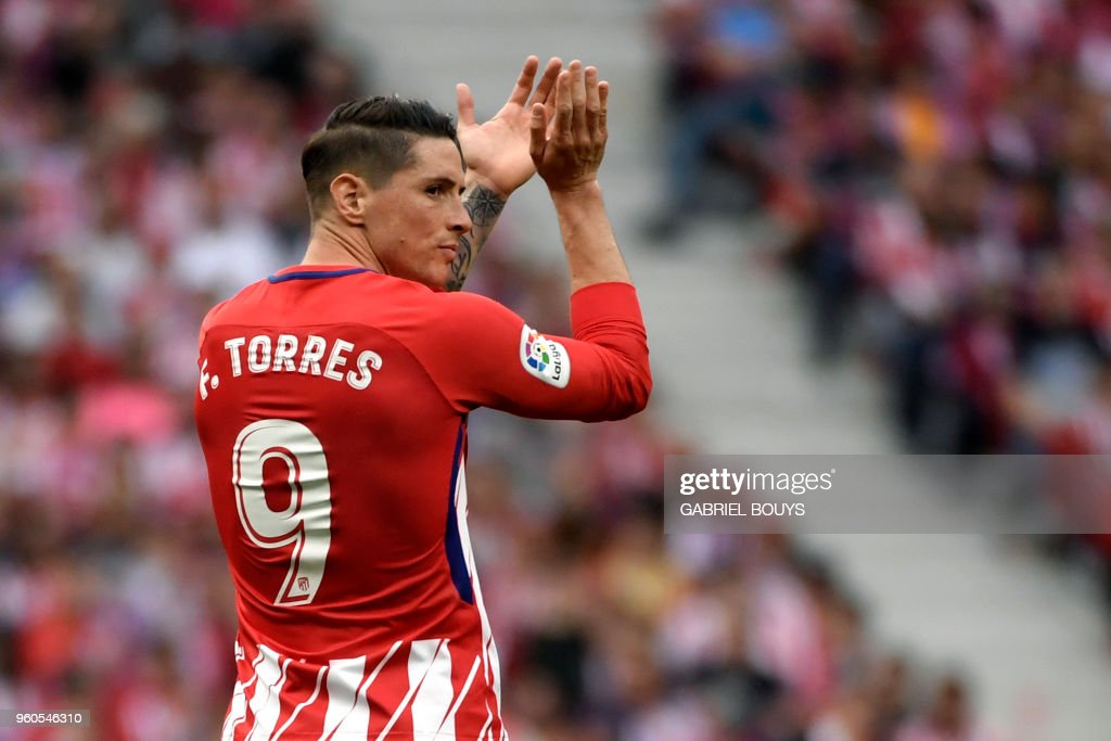 TOPSHOT - Atletico Madrid's Spanish forward Fernando Torres claps during the Spanish league football match between Club Atletico de Madrid and SD Eibar at the Wanda Metropolitano stadium in Madrid on May 20, 2018.