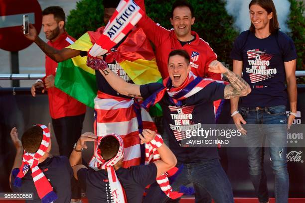 TOPSHOT Atletico Madrid's Spanish forward Fernando Torres jokes with teammates during celebrations for their Europa League victory at the Fountain of...