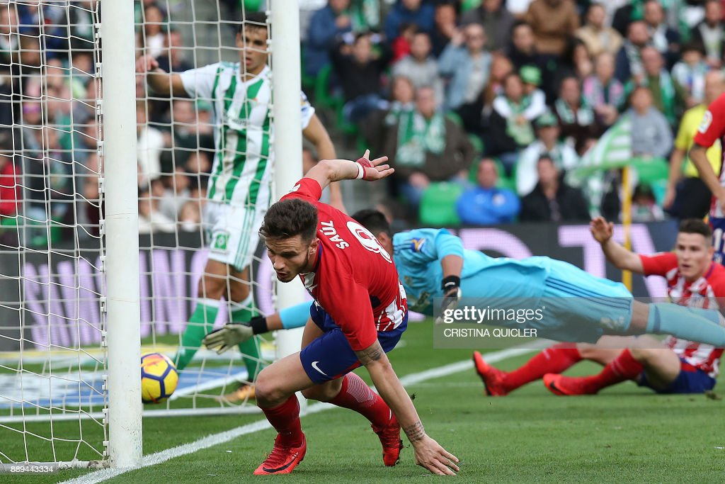 Atletico Madrid's Spanish midfielder Saul Niguez (C) runs to celebrate after scoring a goal during the Spanish league football match between Real Betis and Atletico Madrid at the Benito Villamarin Stadium in Sevilla on December 10, 2017. /