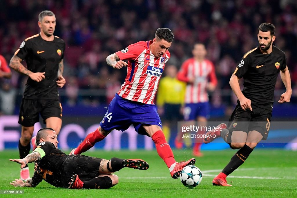 Atletico Madrid's Uruguayan defender Jose Gimenez (C) challenges Roma's Belgian midfielder Radja Nainggolan (L), Roma's Croatian defender Aleksandar Kolarov (back L) and Roma's French midfielder Maxime Gonalons during the UEFA Champions League group C football match between Atletico Madrid and AS Roma at the Wanda Metropolitan Stadium in Madrid on November 22, 2017. /