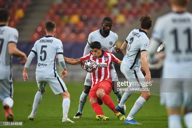 Atletico Madrid's Uruguayan forward Luis Suarez tries to control the ball in front of Chelsea's German defender Antonio Rudiger during the UEFA...