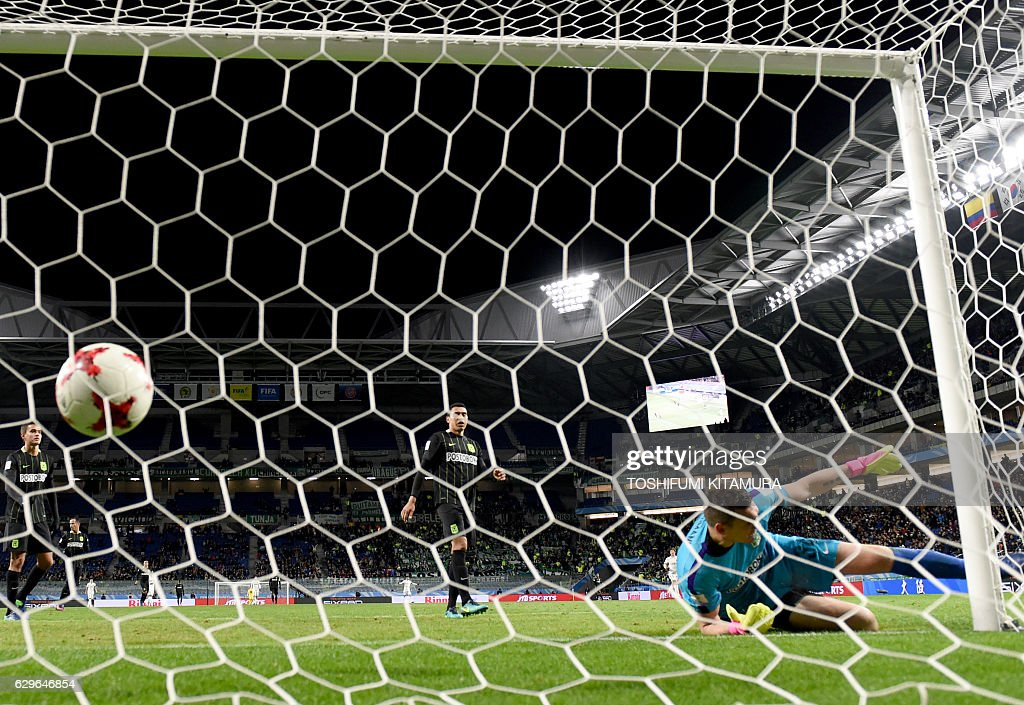 Atletico Nacional goalkeeper Franco Armani (R) attempts to stop a goal by Kashima Antlers forward Yuma Suzuki (unseen) during the Club World Cup football semi-final match between Colombia's Atletico Nacional and Japan's Kashima Antlers at Suita City stadium in Osaka on December 14, 2016. Kashima Antlers won 3-0. / AFP / TOSHIFUMI