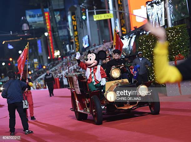 Atmosphere at the 85th annual Hollywood Christmas Parade on Hollywood Boulevard in Hollywood on November 27 2016 / AFP / CHRIS DELMAS
