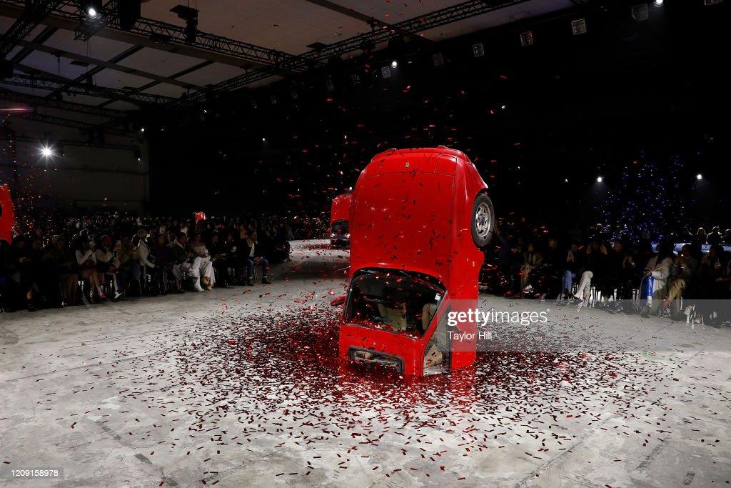 Off-White : Runway - Paris Fashion Week Womenswear Fall/Winter 2020/2021 : News Photo