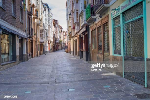 旧市街の大気中の中世の通り - ビトリア=ガステイス ストックフォトと画像