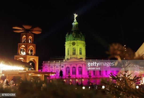 Atmosphäre auf dem Weihnachtsmarkt vor dem Schloss Charlottenburg aufgenommen in Berlin Charlottenburg