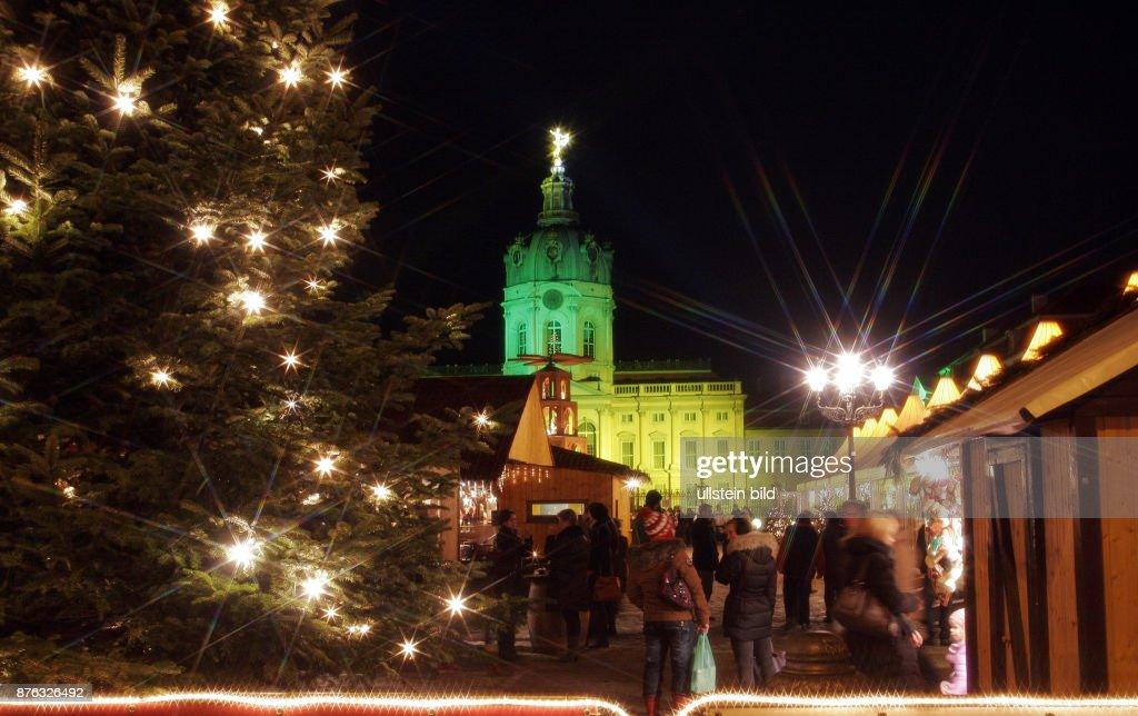 Weihnachtsmarkt Schloss Charlottenburg.Atmosphäre Auf Dem Weihnachtsmarkt Vor Dem Schloss Charlottenburg