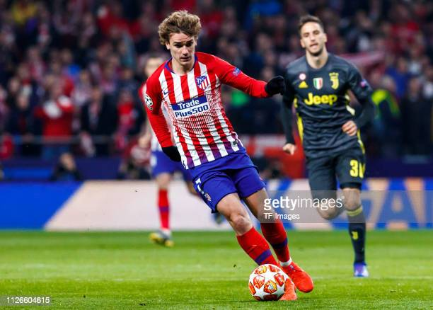 Atoine Griezmann of Atletico Madrid controls the ball during the UEFA Champions League Round of 16 First Leg match between Club Atletico de Madrid...