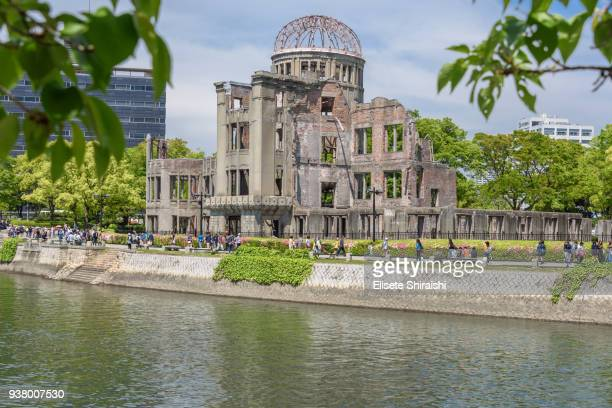 atomic dome in hiroshima - bombardeos atómicos sobre hiroshima fotografías e imágenes de stock