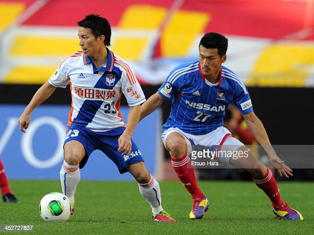Atomu Tanaka of Albirex Niigata and Seitaro Tomisawa of Yokohama FMarinos compete for the ball during the JLeague match between Yokohama FMarinos and...