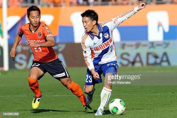 Atomu Tanaka of Albirex Niigata and Shin Kanazawa of Omiya Ardija compete for the ball during the JLeague match between Omiya Ardija and Albirex...