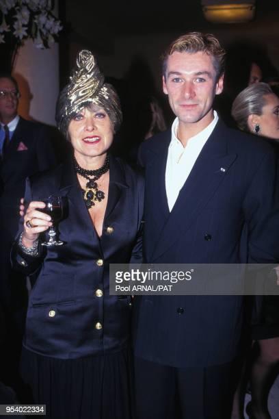 L'attachée de presse Yanou Collart et le danseur étoile Patrick Dupont au défilé Céline PrêtàPorter Printemps/Eté en 1994 à Paris France