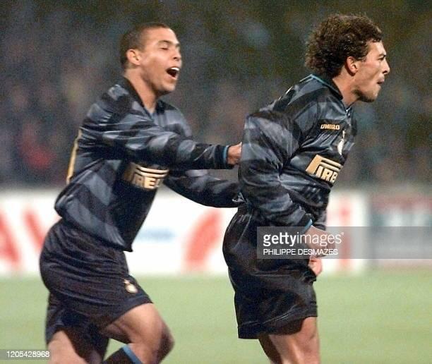 L'attaquant de l'Inter de Milan Ronaldo félicite son coéquipier Francesco Moriero qui vient de marquer un but lors de la rencontre Olympique...