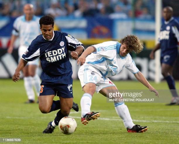 L'attaquant de l'Olympique de Marseille Alberto Rivera Pizarro est aux prises avec Roberto De Assis Moreira de l'équipe de Montpellier le 04 mai 2002...