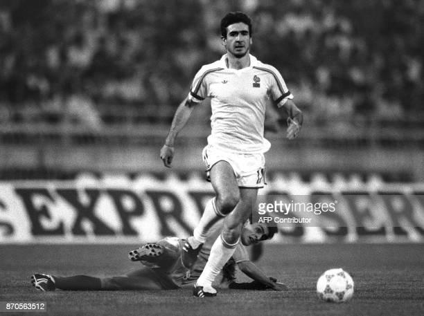 L'attaquant de l'équipe de France Eric Cantona dépasse le 24 mai 1988 le défenseur grec Ionnis Hatzinikolaou lors de la finale du Championnat...