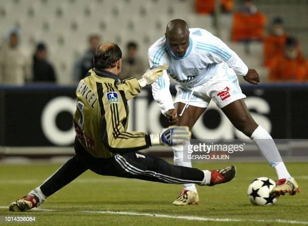 L'attaquant de Marseille Ibrahima Bakayoko tente de déborder le gardien havrais Alexandre Vencel le 05 février 2003 sur la pelouse du stade Vélodrome...