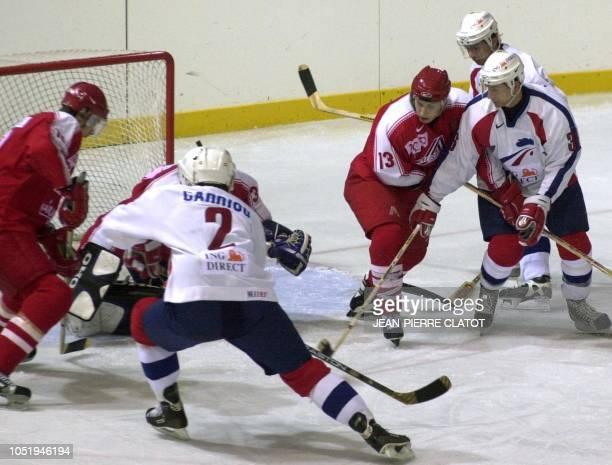 L'attaquant français Allan Canniou tente un passage en force devant le gardien autrichien Gent Prohaska sous le regard du défenseur autrichien Robert...